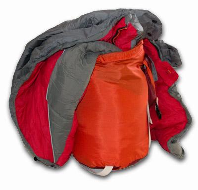 Schlafsack in Packsack gestopft